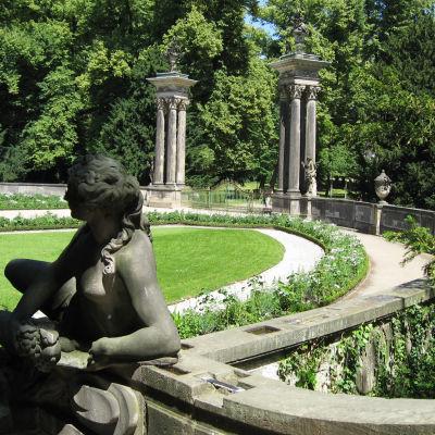 Potsdamin linnan puistoa. Potsdam sijaitsee 26 km Berliinistä ja on kuuluisa suurten hallitsijoiden jättämistä muistomerkeistä.