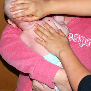 Selän hieronta on rentouttavaa. Pitkillä, rauhallisilla vedoilla silitetään vauvan selkää pitkin ylhäältä alaspäin.