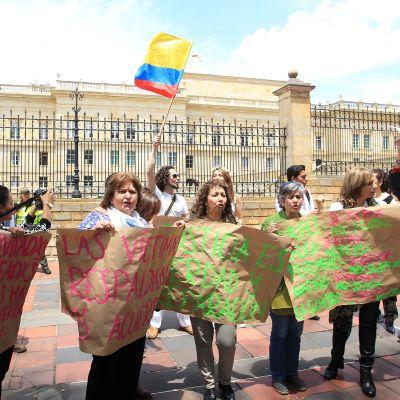 Ihmisiä osoittamassa mieltään rauhan puolesta presidentin palatsin edustalla Bogotassa, Kolumbiassa 5. lokakuuta.
