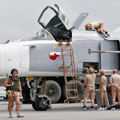 SU-24 hävittäjää huolettaan Venäjän ilmastotukikohdassa Latakiassa Syyriassa.