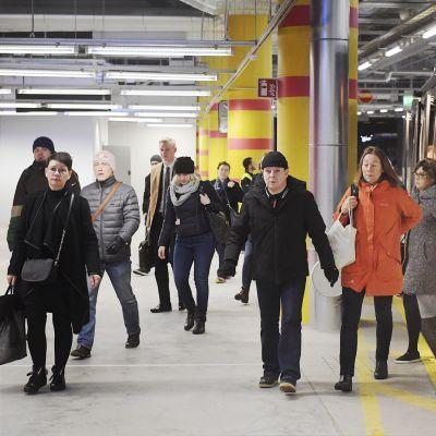 Matkustajia Matinkylän bussiterminaalissa Espoossa.