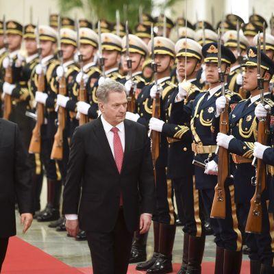 Sauli Niinistö ja  Kiinan presidentti Xi Jinping tarkastavat kunniavartioston.