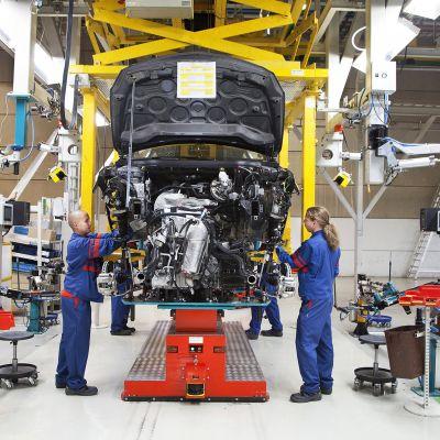 Uudenkaupungin autotehtaan kokoonpanolinjan marriage point. Pisteessä yhdistetään auton kori ja voimansiirto.