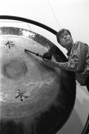 Magnus Lindberg soittaa gongia, kuva liittyy Kraft-teoksen orkesteriharjoituksiin 1991.