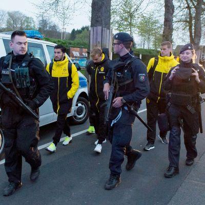 Poliisit saattoivat Dortmundin pelaajia räjähdyspaikalta tiistaina.