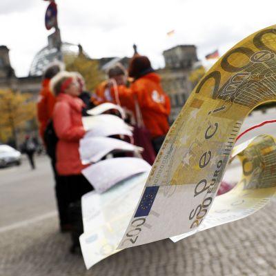 Rahanpesua vastustava mielenosoitus Berliinissä