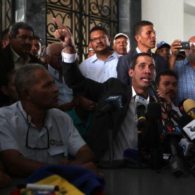 Juan Guaidó tapasi ammattiliittojen johtoa Caracasissa tiistaina.