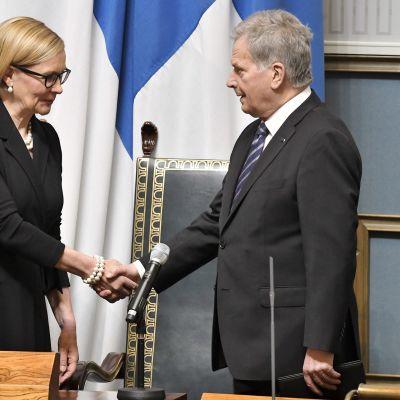 Puhemies Paula Risikko ja presidentti Sauli Niinistö istuntosalissa eduskunnan vaalikauden päättäjäisissä 10. huhtikuuta.