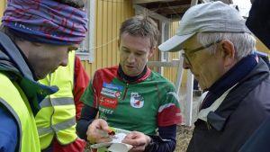 Herrsegraren Kim Fagerudd pratar efter loppet med banläggarna Robin Fröberg och Jorma Ake.