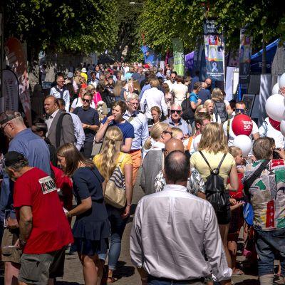 Almedalenin kadut ovat ruuhkaisia heinäkuun alkupäivinä. Erilaisia kampanjakojuja.