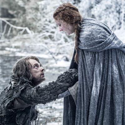 mies ja nainen huurteisen joen rannalla