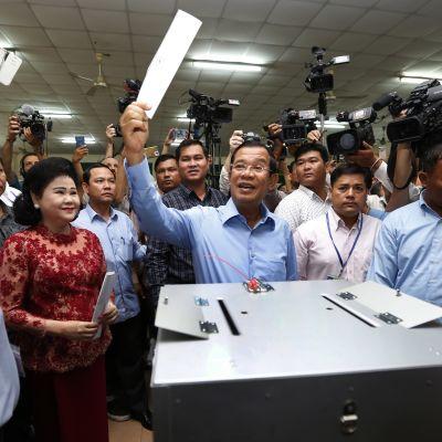 Kambodzhan pääministeri Hun Sen äänestämässä.
