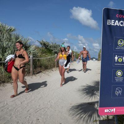 rannalla varoituskyltti