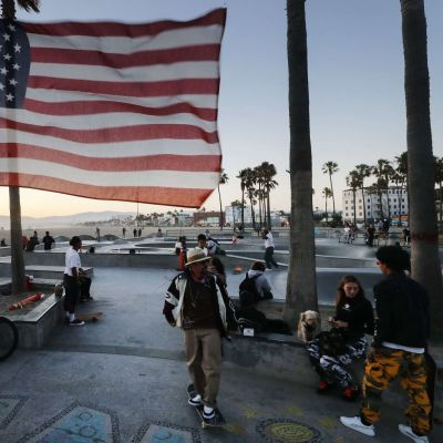 Yhdysvaltain lippu liehuu itsenäisyyspäivänä Venice Skate Park -skeittipuistossa.