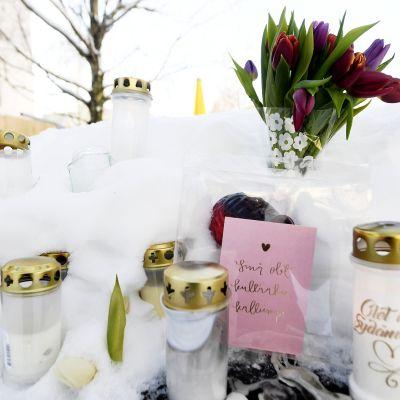 Muistokynttilöitä murhatun teinipojan ruumin löytöpaikalla Koskelan sairaalan lähistöllä Helsingissä.