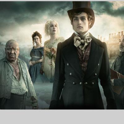 Minisarjassa nähdään vankikarkuri Abel Magwitch (Ray Winstone, vas.), Estella (Vanessa Kirby), neiti Havisham (Gillian Anderson), Pip (Douglas Booth) ja Jaggers (David Suchet).