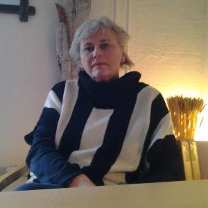 Unni Å Lindström på kontoret