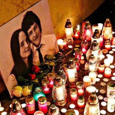 Kynttilöitä murhatun parin muistolle.