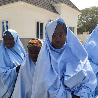 Vapautetut Nigerialaiset koulutytöt valmistautuu tapaamaan perheenjäseniä Jangebessa, Zamfaran osavaltiossa.