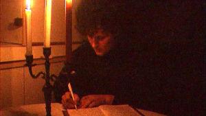 Ulkolinjan dokumentissa bosnialainen nainen kirjoittaa kirjettä, jossa hän kertoo sodan tapahtumista