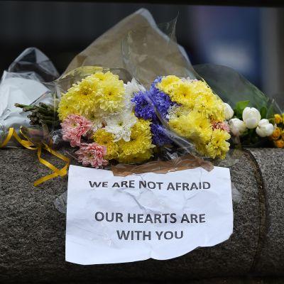 Kukkatervehdys ja viesti lähellä parlamenttitaloa Lontoossa 23. maaliskuuta.