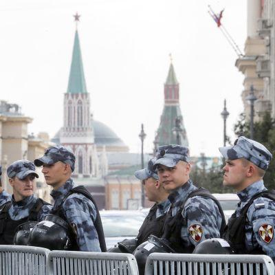 Moskovan poliisi partioimassa opposition luvattomassa mielenosoituksessa 3. elokuuta.