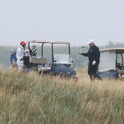 Presidentti Donald Trump pelaamassa Trunberryn kentällä heinäkuussa 2018. Vihreiden aloite olisi halunnut tutkimuksia siitä, miten Trumpin konserni on rahoittanut Turnberryn sekä Aberdeenin kenttien käteisostot.