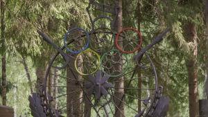 Raudasta tehty teos urheiluvillityksestä Matti Järvenpään Rautapuistossa.
