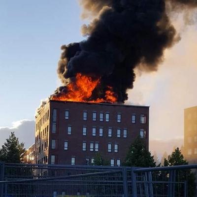 Ett höghus står i lågor i Jyväskylä 10.7.2020.