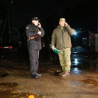 Ukrainan turvallisuusviranomaiset vartioivat rikospaikkaa, jossa Amina Okujeva kuoli ja Adam Osmajev loukkaantui.