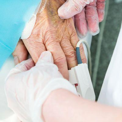 hoitajan ja potilaan kädet