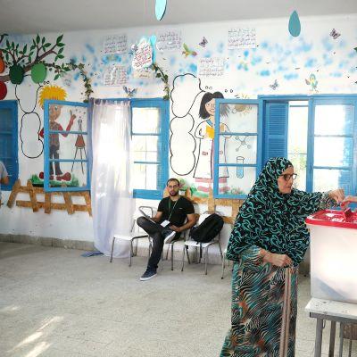 Tunisialainen nainen äänestää parlamenttivaaleissa Tunisissa.