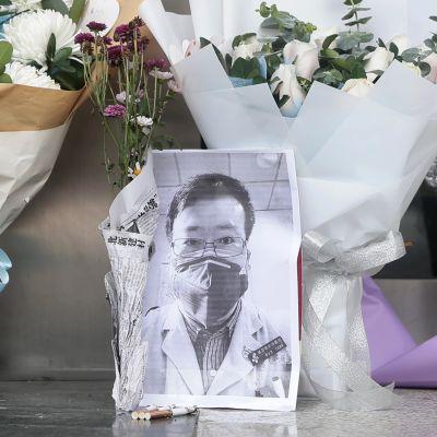 Li Wenliangin kuva ja kukkia Wuhanin keskussairaalan edessä 7. helmikuuta.