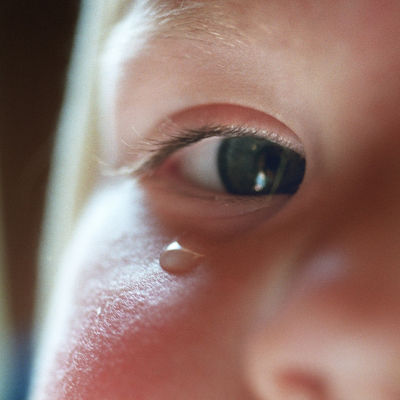 Kyynel lapsen silmäkulmassa