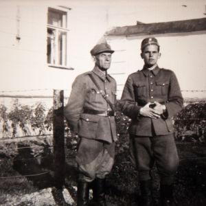 Eero Blåfield isänsä kanssa sotavuosina.