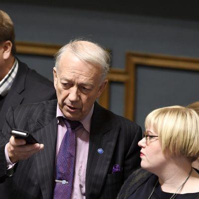 Keskustan eduskuntaryhmän puheenjohtaja Antti Kaikkonen (vas), edustaja Pekka Puska ja perhe- ja peruspalveluministeri Annika Saarikko