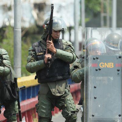 Venezuelan turvallisuusjoukkoja partioi Kolumbian-vastaisella rajasillalla.