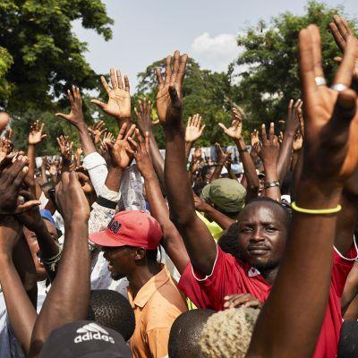 Kongolaisia miehiä kädet pystyssä.
