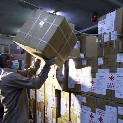Kiinasta tuotua lääkintätarvikekeiden erää puretaan Damaskoksessa.