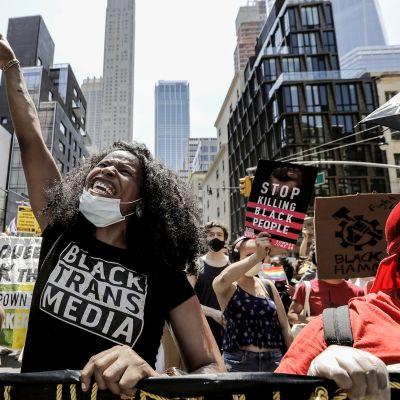 Seksuaali- ja sukupuolivähemmistöt marssivat Black Lives Matter-asian puolesta New Yorkissa 28. kesäkuuta.