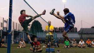 Florian Goetze och Janne Uusitalo i en footbag netmatch