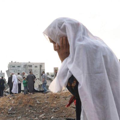 En palestinsk kvinna ser ner på förödelsen i staden Beit Lahia i norra Gazaremsan den 13 maj 2021.