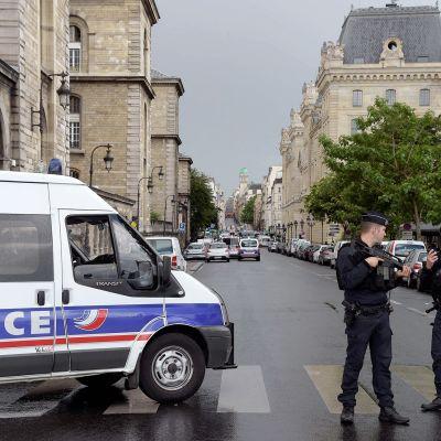 Poliisit partioivat Notre Damen edustalla Pariisissa.