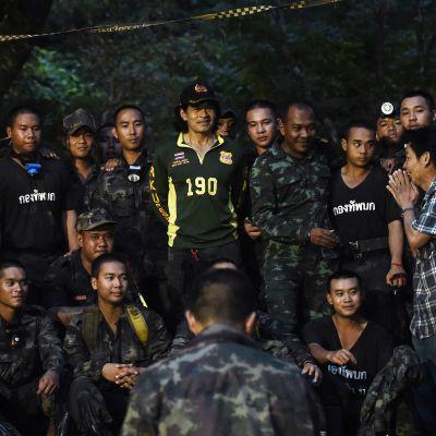 Kadonneen pojan isä kiittää sotilaita kuultuaan tiedon että thaimaalainen nuori jalkapallojoukkue on löytynyt hengissä luolasta.