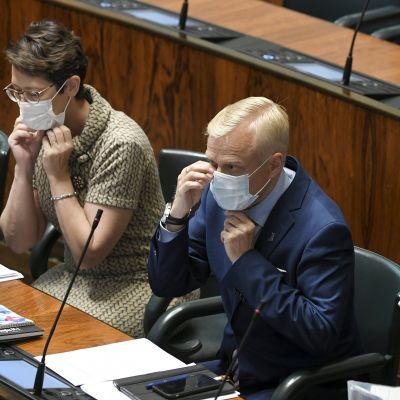 Kristillisdemokraattien kansanedustaja Sari Essayah sekä kokoomuksen kansanedustajat Timo Heinonen ja Ben Zyskowicz eduskunnan täysistunnossa Helsingissä 1. syyskuuta.