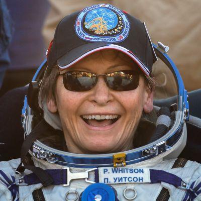 Peggy Whitson iloitsi laskeutumisensa jälkeen Kazakstanissa 3. syyskuuta.