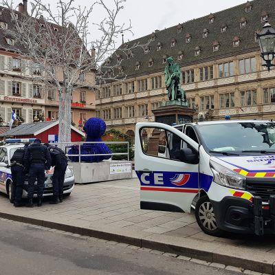 Poliisiautoja torilla.