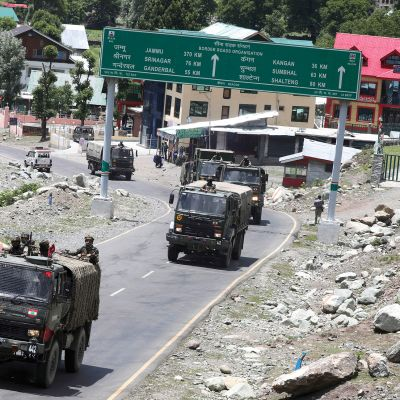 Intian armeijan autoja Ladakhiin vievällä maantiellä.