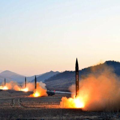 Bild på uppskjutningen av fyra ballistiska medeldistansmissiler 6.3.2017 från den nordkoreanska nyhetsbyrån KCNA.