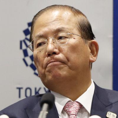 Toshiro Muto ser fundersam ut vid mikrofoner.